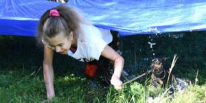 V areálu bývalých kasáren vrcholí týdenní tábor pro děti a jejich pejsky