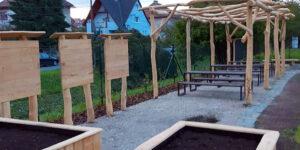 Zahradu Domu dětí a mládeže Slavičín zkrášlily dřevěné prvky