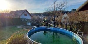 V obci Ratiboř na Vsetínsku zasahovali hasiči u požáru tújí, poškodil i konstrukci bazénu