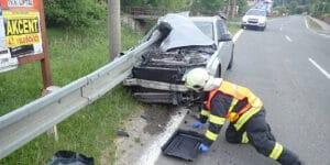 Ve Všemině najel osobní automobil do svodidla, jeden člověk skončil v péči zdravotníků