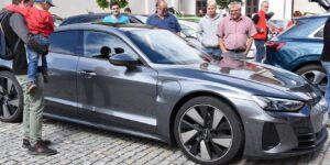 Před zámkem ve Valašském Meziříčí měly sraz elektromobily