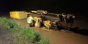 Mezi obcemi Hovězí a Huslenky voda z Bečvy zaplavovala stavební stroje, podařilo se s nimi z vody vyjet