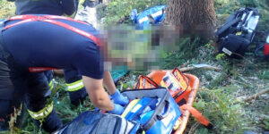 V lese nedaleko obce Halenkov na Vsetínsku hasiči pomáhali se záchranou osoby